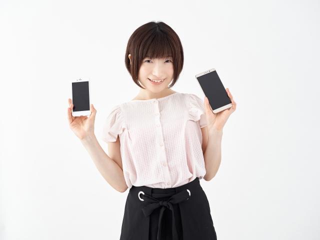 iPhoneとAndroidを持つ女性